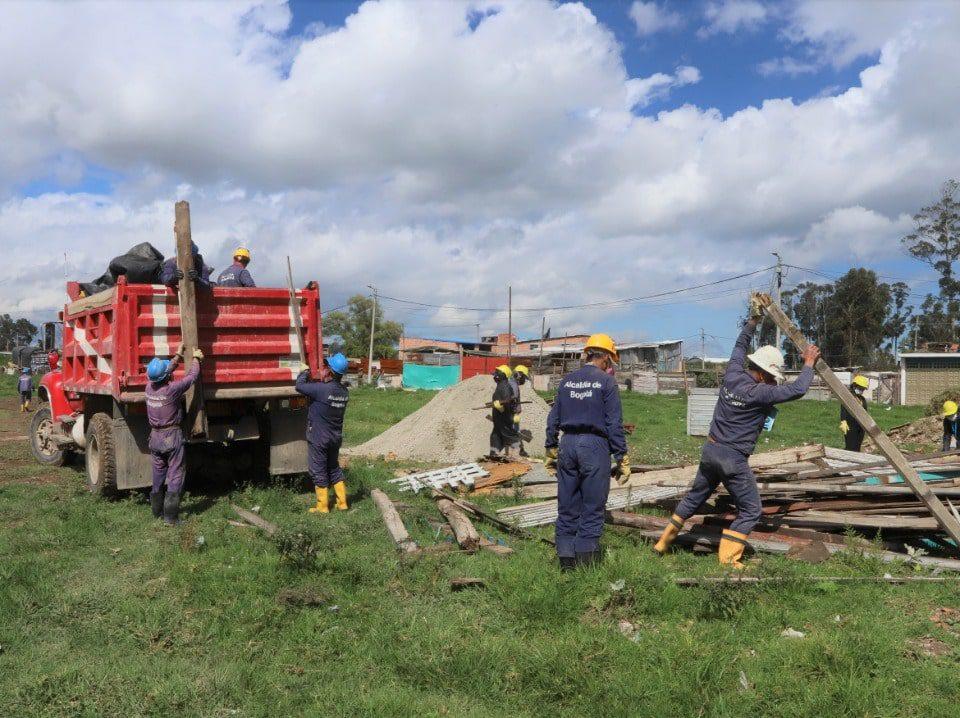 Limpieza y retiro de cerca de 338 metros cúbicos de Residuos de Construcción y Demolición (RCD), y residuos ordinarios en el humedal La Isla. Foto: Secretaría de Ambiente.