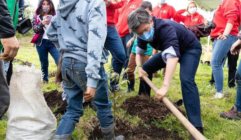La alcaldesa Claudia López participando de la plantación de 505 árboles en la reserva Van der Hammen. Foto: Secretaría de Ambiente.