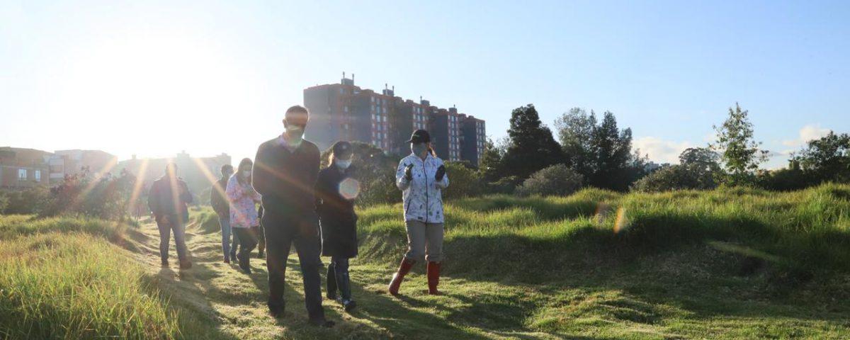 La secretaria de Ambiente, Carolina Urrutia en un recorrido por el humedal El Burro ubicado en la localidad de Kennedy. Foto: Comunicaciones, Secretaría de Ambiente.